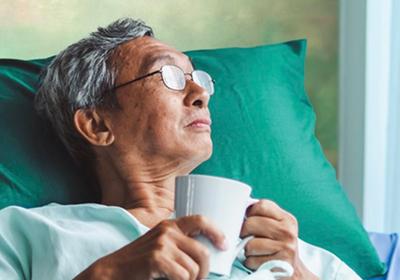Man herstellende in zorghotel